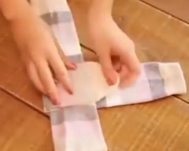 Socken zusammenlegen Karton